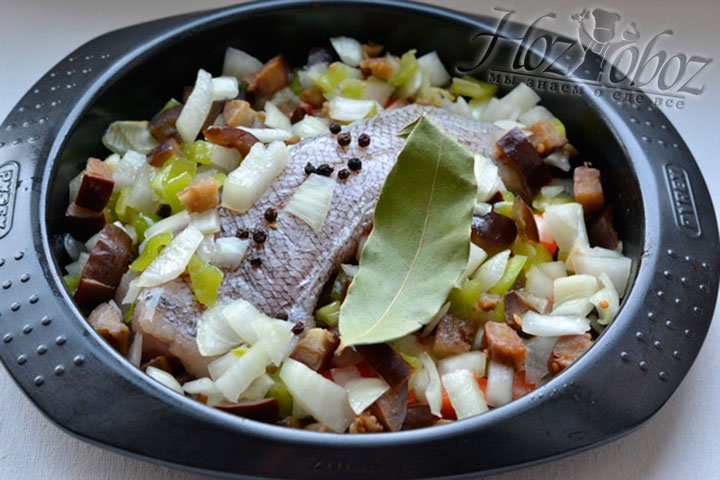 Приправляю рыбу с овощами специями