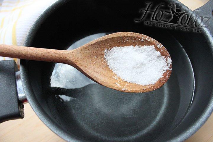 Для варки яиц кипящую воду сначала солим