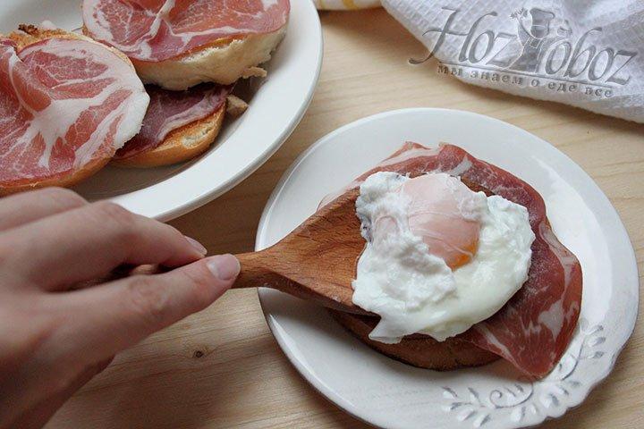 Яйцо-пашот выкладываем на подготовленную бутербродную основу
