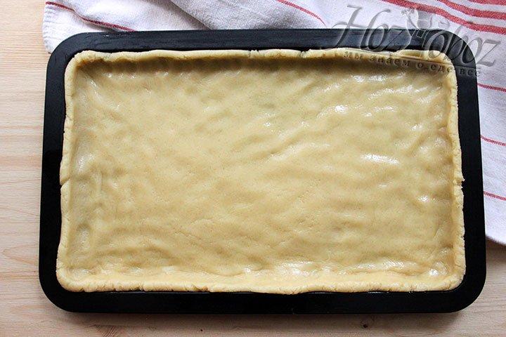 Распределяем оставшееся тесто по форме для выпечки под основу венского печенья