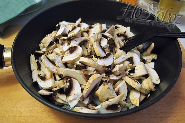 На разогретую сковороду выложим грибы
