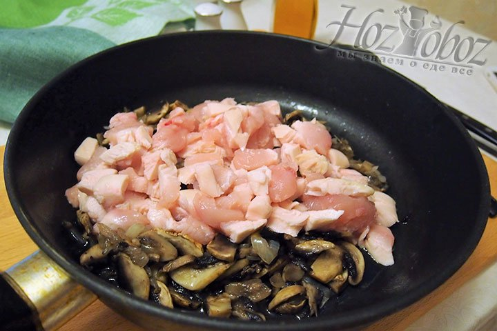 Мясо курицы и грибы обжарим на сковороде