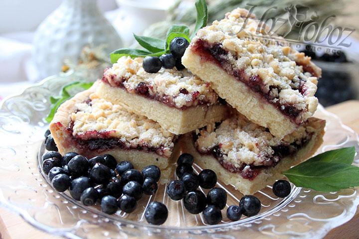 Готовое венское печенье с черничным джемом