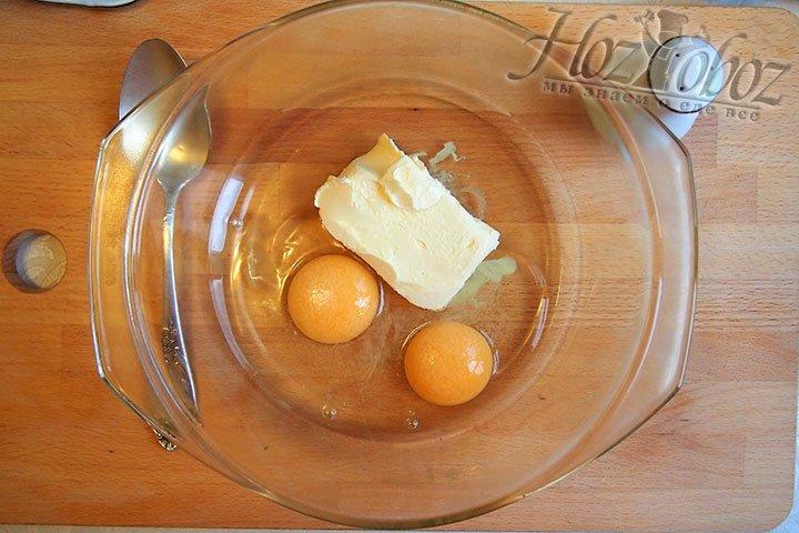 Для приготовления теста выложим в форму для смешивания масло сливочное, яйца и соль