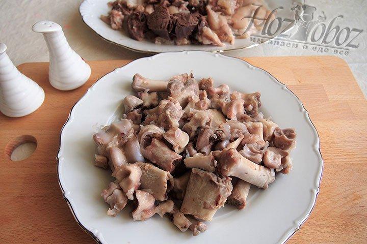 Отделим мясо от костей, измельчим