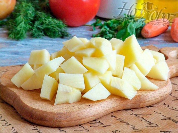 Картошку подготавливаем, рубим и отправляем вслед за мясом