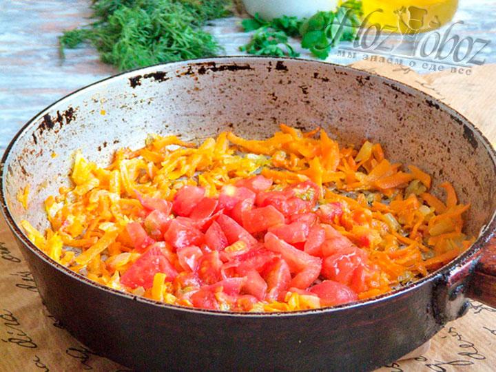 Подготовленные овощи для заправки тушим в сотейнике на среднем огне