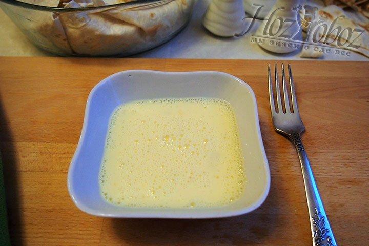 Смесь из мацуна и яйца взобьем до получения пены