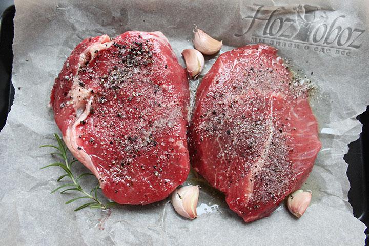 Втираем в мясо масло, соль, черный дробленый перец