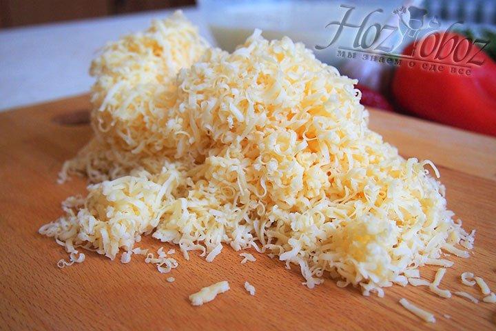 Сыр в пироге должен быть мелким, тогда он будет сочным
