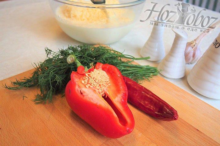 Для начинки подготовим зелень и перцы