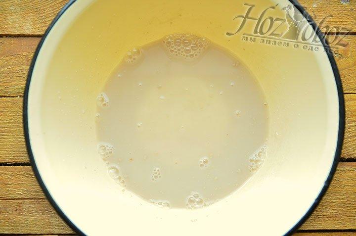 Заливам сухую смесь теплой, около 33 градусов, водой и оставляем расстаиваться до появления на поверхности пенки