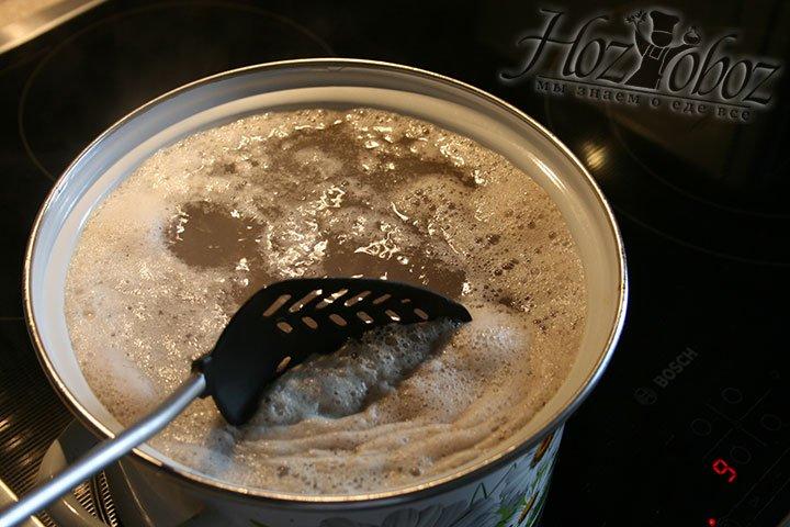 Пену с поверхности следует собрать