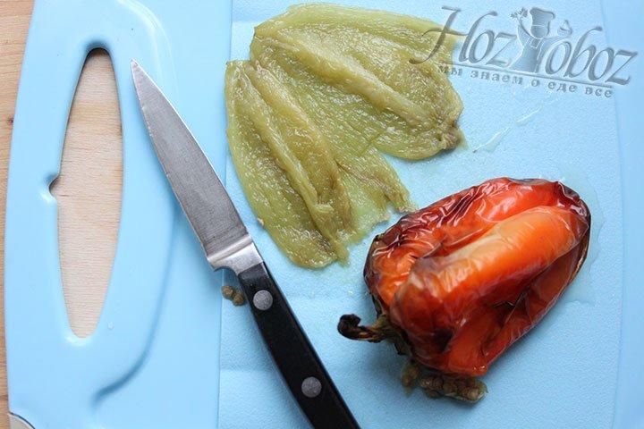 Нарезаем перец для салата
