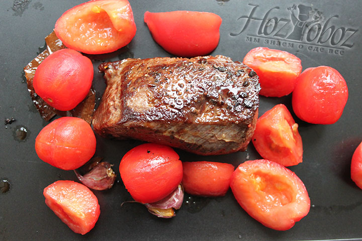 В духовке запекаем мясо с томатами