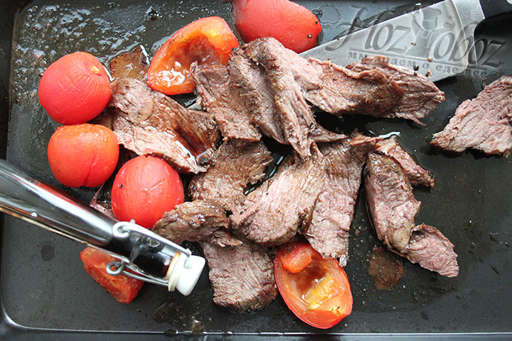 Разрезаем говядину, сбрызгиваем бальзамическим уксусом
