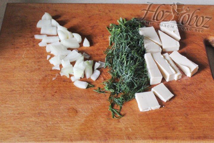 Нарезаем помельче свежую зелень и остаток луковицы, а плавленный сырок измельчаем просто кусочками