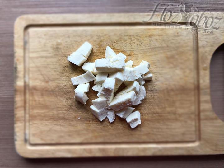 Измельчаем кубиками сыр