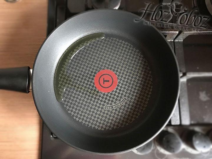На небольшом огне разогреваем сковороду с добавлением растительного масла