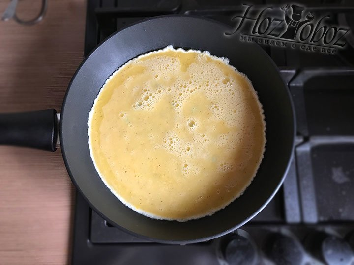 Переливаем яйца в сковородку и считаем до 20 чтобы они прихватились