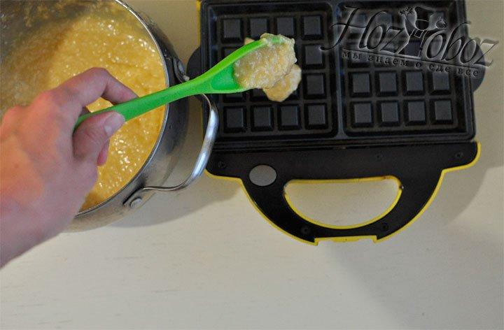 Нагреваем вафельницу и выкладываем порцию теста