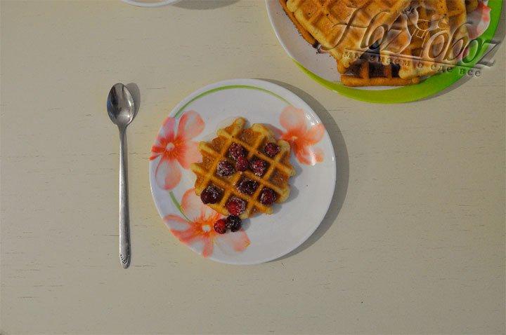 Отличным дополнением к свежим вафлям станут фрукты, ягоды, сливки, шоколад, карамель и сахарная пудра