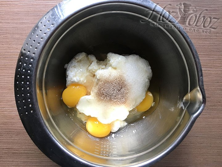 В начинку непременно надо добавить ванильный сахар, в нашем случае с бурбоном