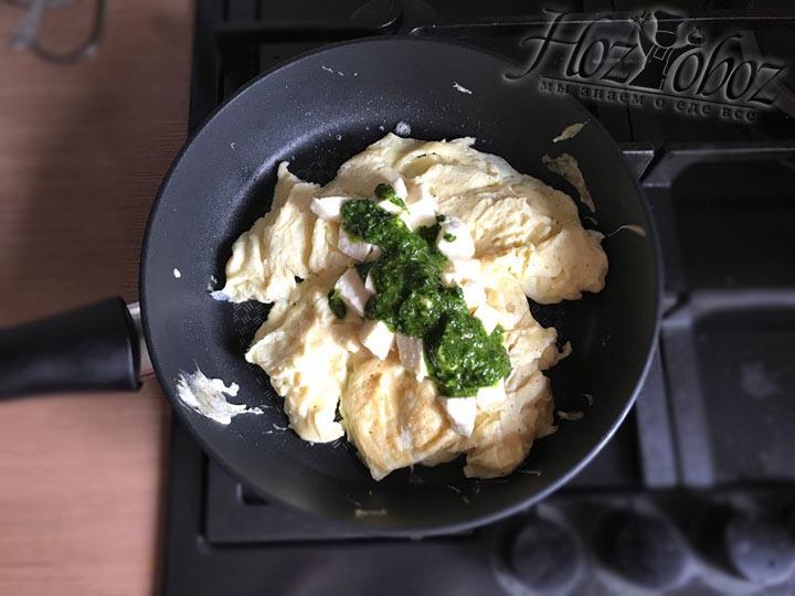 Щедро поливаем омлет зеленым соусом поверх сыра