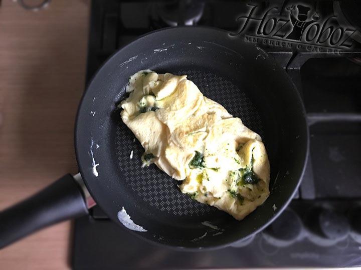 Наклонив сковородку в стороны смещаем омлет поочередно заворачивая края, как на фото