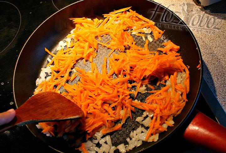 Добавляем к луку морковку