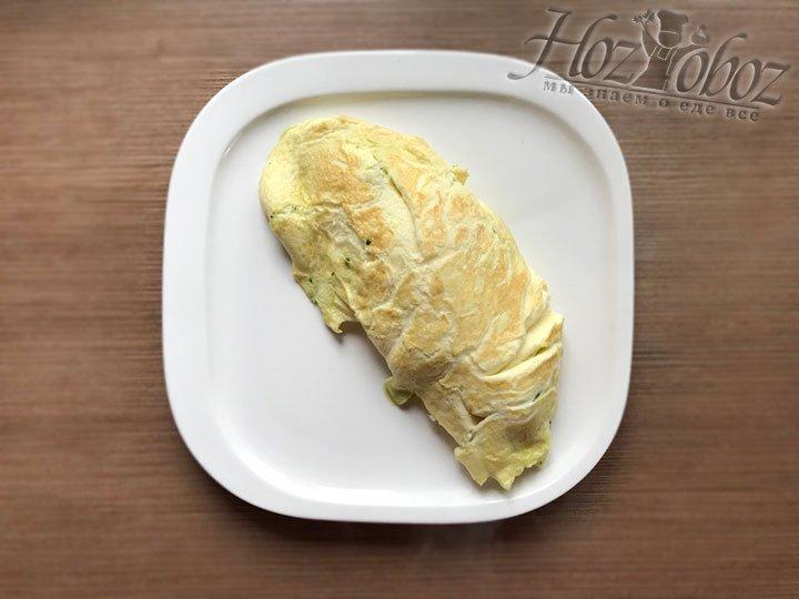Переворачиваем сковородку и придерживая выбрасываем скрэмбл прямо на тарелку швом вниз, не используя лопатку