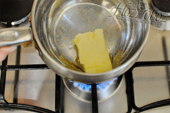 Масло помещаем в кастрюльку и ставим на огонь топиться