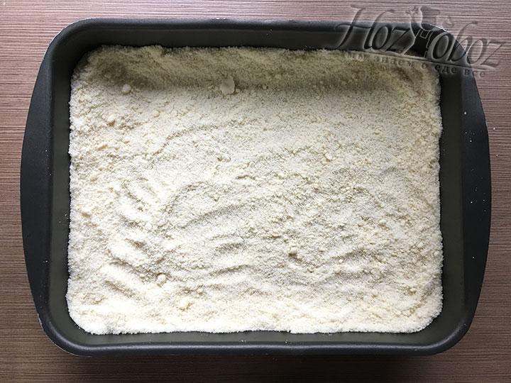Большую часть теста всыпаем в сухую форму для выпеки и делаем борт пирога