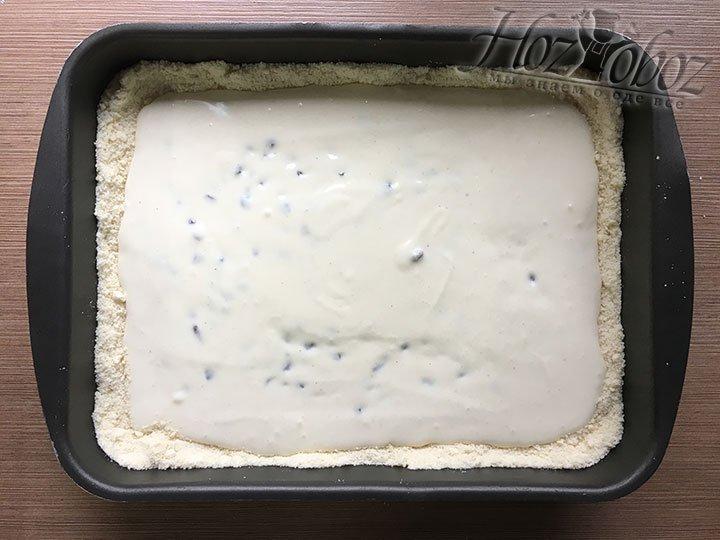 Заливаем творожный крем в тесто