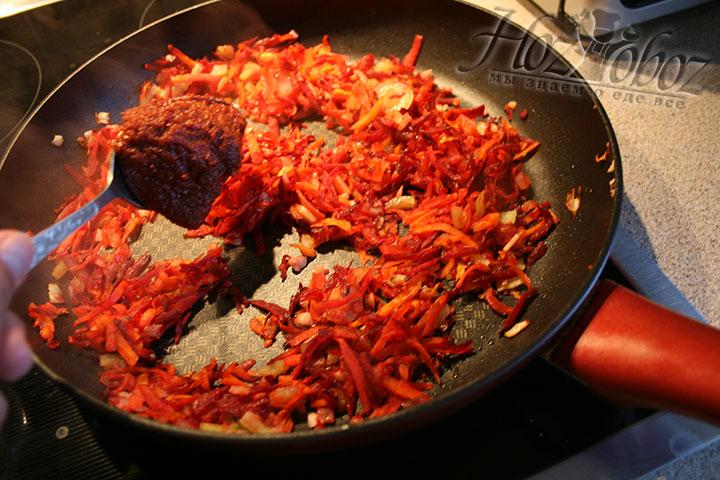 Вливаем томатную пасту