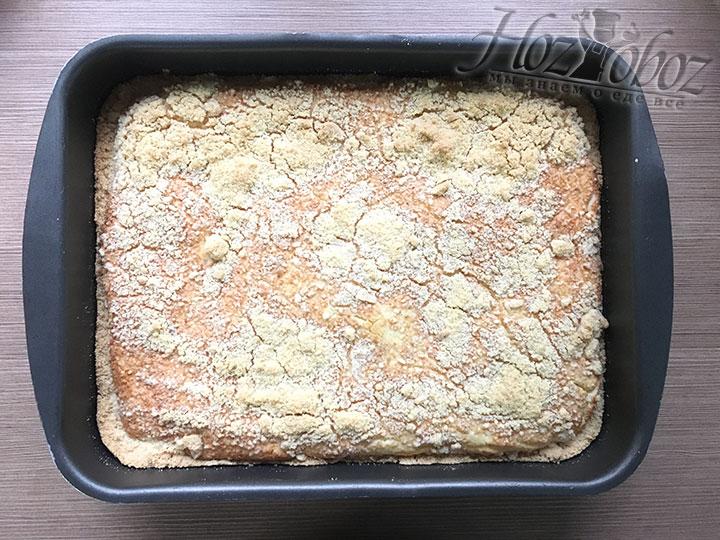 Испеченный пирог остужаем в форме минут около 30