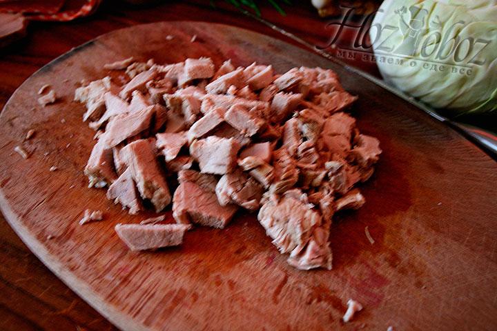 Отварное мясо нарезаем кусочками среднего размера