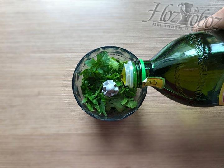 В чашу блендера кроме зелени выливаем также оливковое масло первого отжима