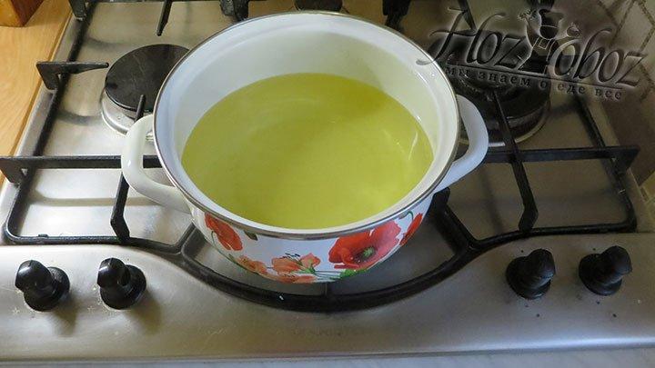 Если покажется что тесто слишком густое, добавьте еще одно яйцо, а если жидкое - немного муки или сыра. Когда все готово, пора переходить к жарке и для этого следует поставить на огонь кастрюлю с растительным маслом