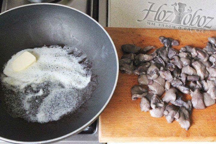 Грибы нарезаем кусочками среднего размера и обжариваем на растопленном сливочном масле