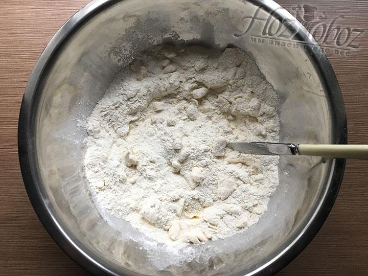 Ножом нарезаем масло помельче параллельно перемешиваем его с сыпучими ингредиентами