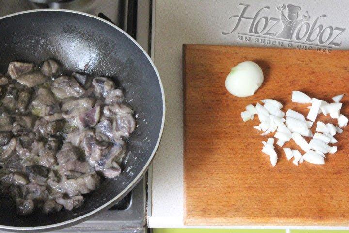 Жарить грибы нужно около 15 минут и при желании к ним можно добавить половину мелко нарезанной луковицы