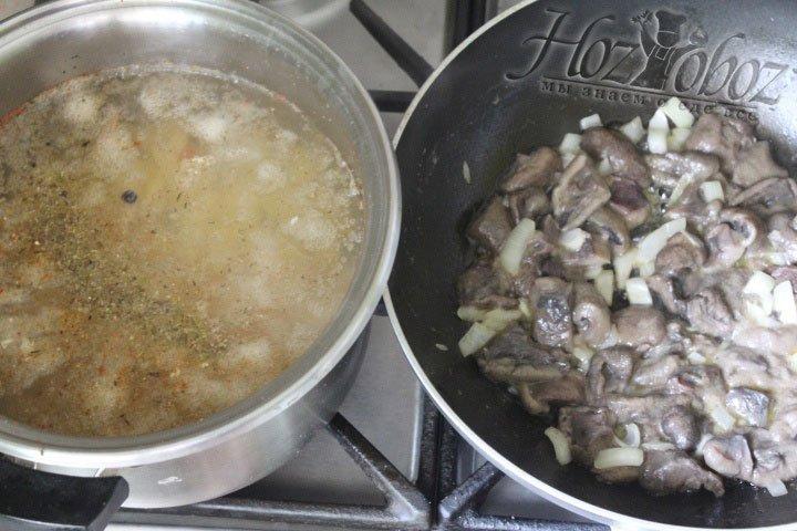 Готовые грибы отправляем в бульон вместе с маслом и луком