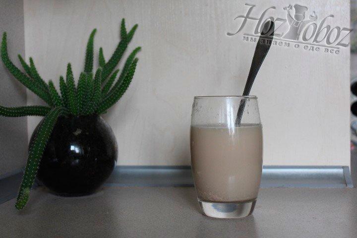 В сладкую воду положите свежие дрожжи, накройте и поставьте в теплое место расстаиваться