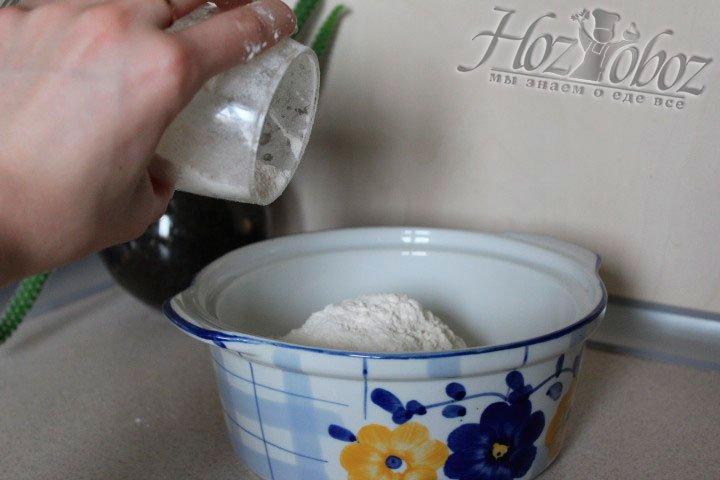 В миску для теста помещаем муку