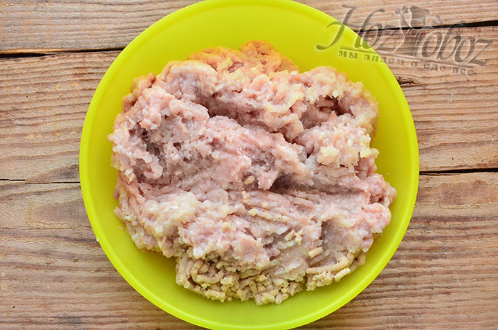 Курицу следует пропустить через мясорубку, так же как луковицу и сухарики
