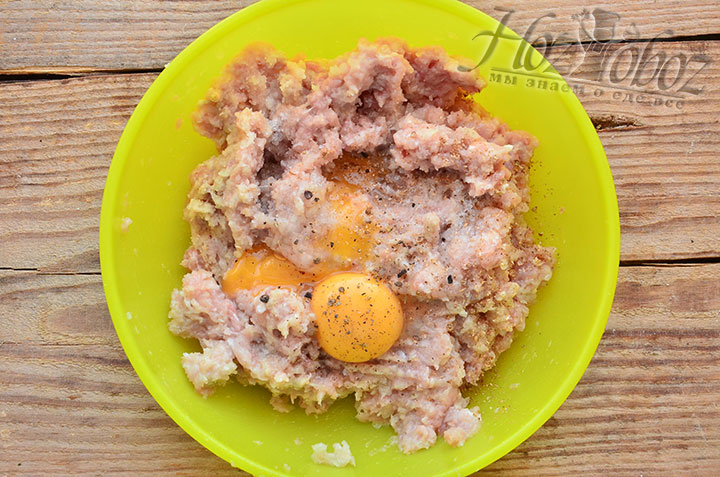 К куриному фаршу добавляем яйца, а также соль и специи по вкусу