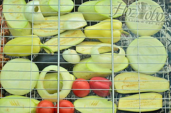 Пришло время выложить овощи на решетку и поместить на готовый жар костра