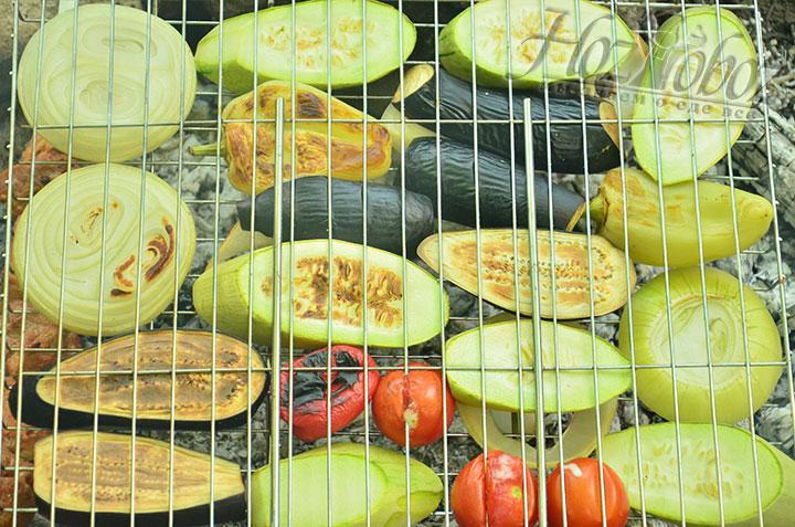 С каждой стороны готовить овощи следует примерно по 5-7 минут, в зависимости от их размера