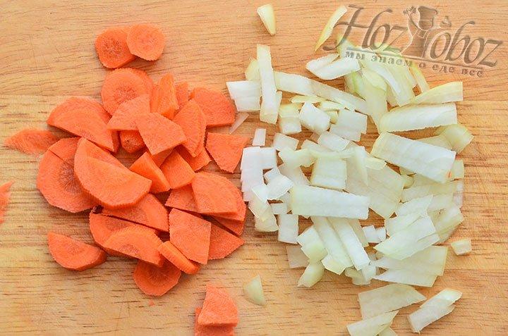 Морковку и луковицу нарезаем помельче или натираем на терке